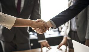 Shaking hands - Find the right people that will help you with the entire process of investing in Florida real estate