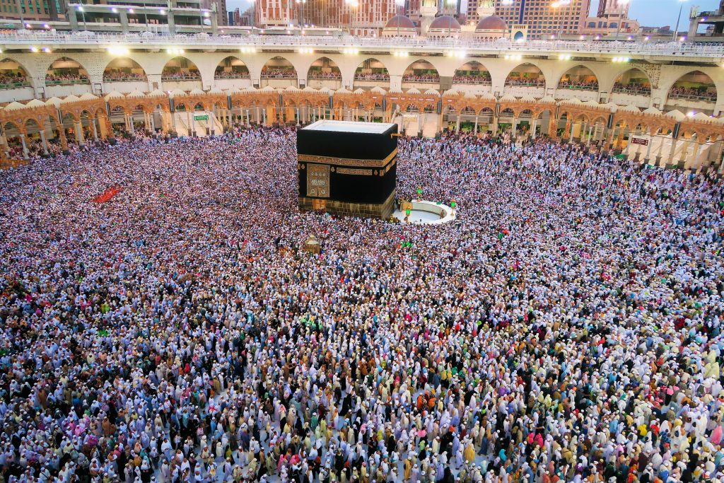 thousands of people on a pilgrimage in Mecca